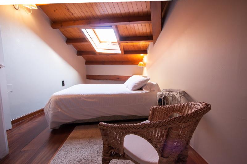 Dormitorio y bañera con hidromasaje